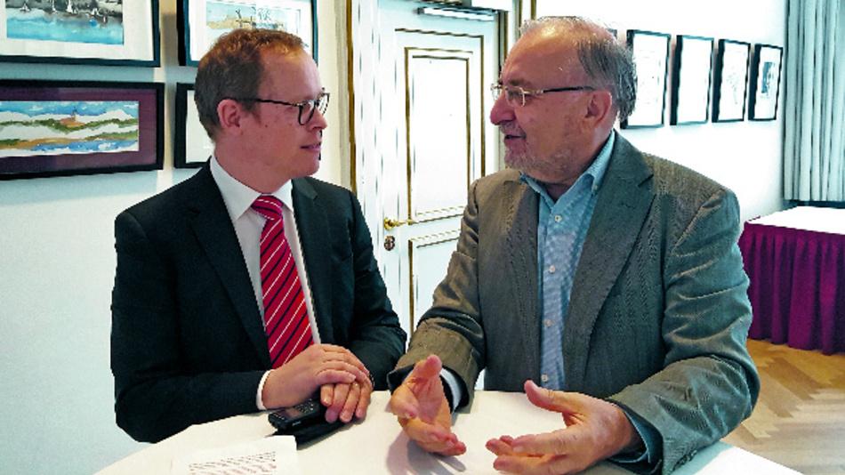 Bild 6: Professor Leo Lorenz (rechts), Konferenzdirektor der PCIM Europe, im Gespräch mit unserem Redakteur Ralf Higgelke.