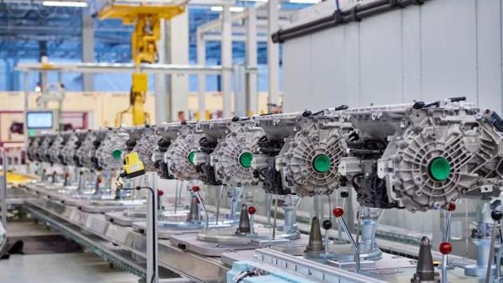 BMW eröffnet das Kompetenzzentrum E-Antriebsproduktion in Dingolfing und baut Fertigungskapazitäten aus: So werden zukünftig E-Antriebe für 500.000 elektrifizierte Fahrzeuge gefertigt.
