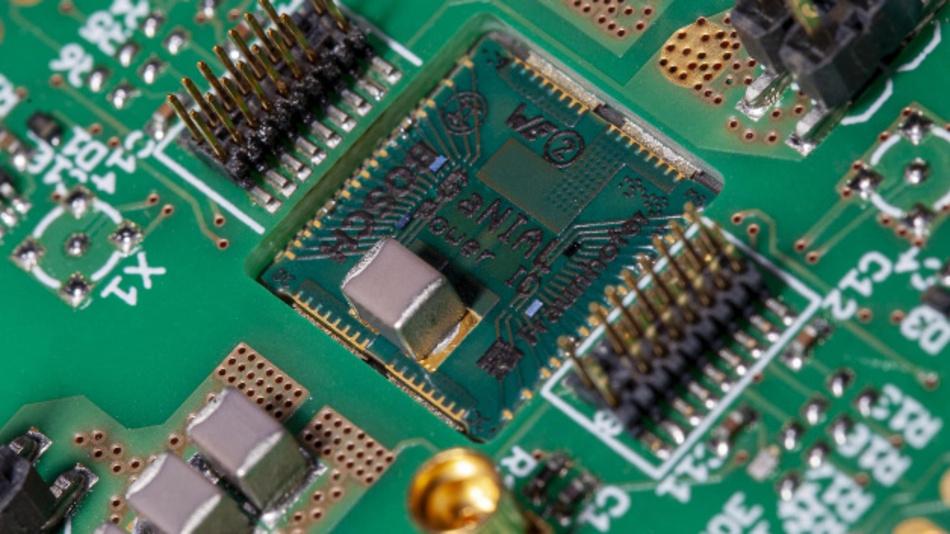 Leiterplattenintegrierte GaN-auf-Si-Halbbrückenschaltung inklusive Gate- und Zwischenkreiskondensatoren