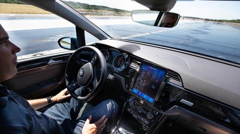 ZF Friedrichshafen beteiligt sich am Forschungsprojekt InFusion, dass sich mit der Ermittlung des Fahrbahnzustands durch Informationsfusion beschäftigt.