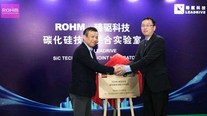 Dr. Jie Shen, Chairman und General Manager von Leadrive (rechts), und Shinya Kubota, der (damalige) Geschäftsführer von Rohm Semiconductor (links), eröffnen das gemeinsame Forschungslabor für SiC-Technologie.