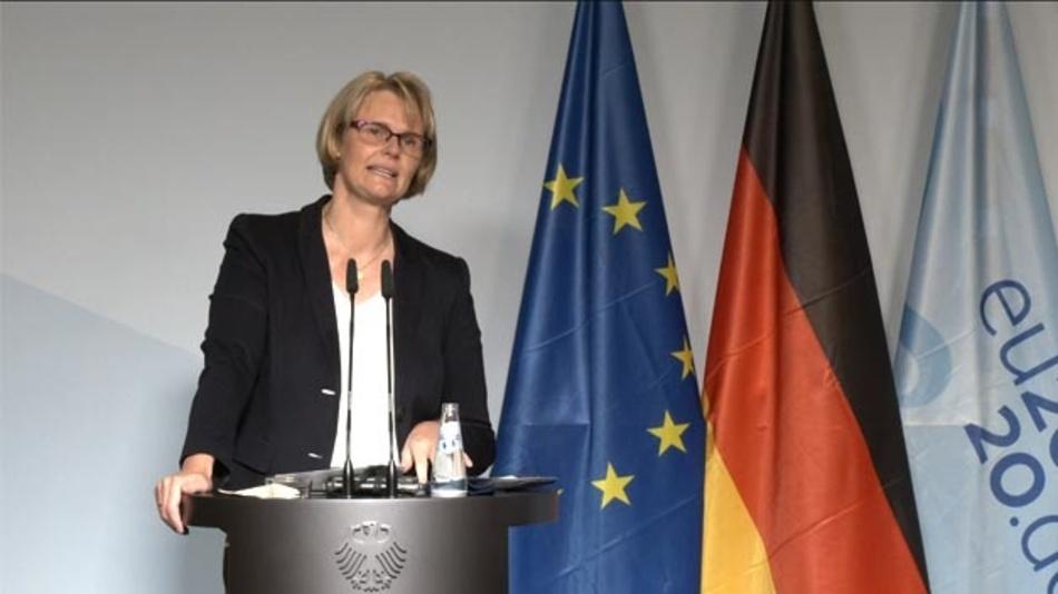 Bundesministerin Anja Karliczek während der live gestreamten Pressekonferenz zur Batterieforschung.