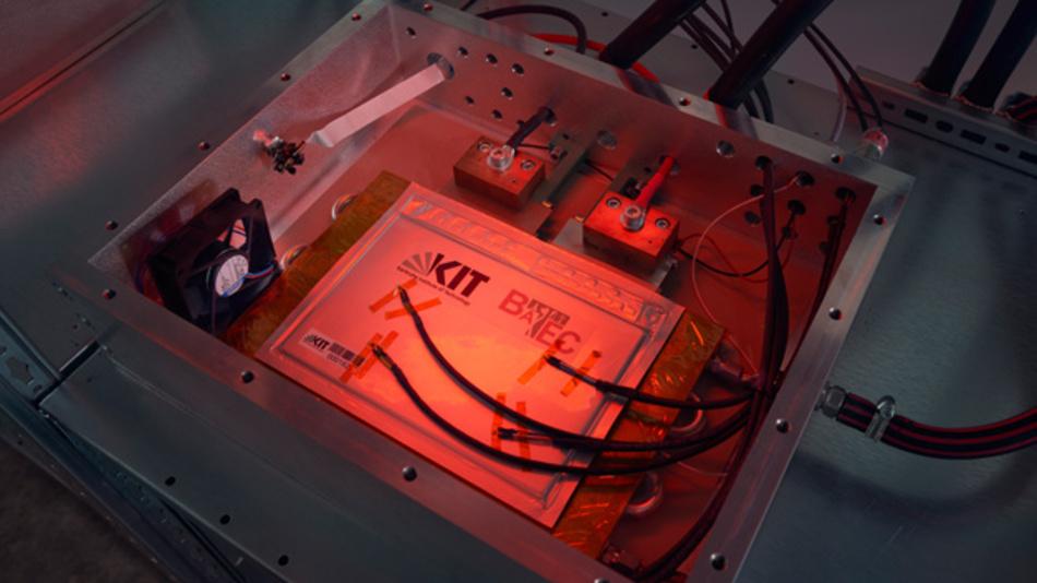 Die am KIT entwickelte temperierbare und mit Sensorik ausgestattete Sicherheitseinhausung für das Prüfen von Lithium-Ionen-Zellen unter kritischen Bedingungen.
