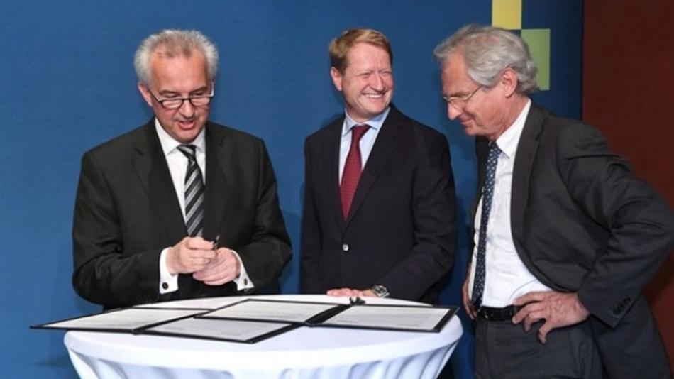 Archivbild: BR-Intendant Ulrich Wilhelm (links) und Henning Kagermann (rechts) mit Reinhard F. Hüttl bei der Unterzeichnung einer Kooperationsvereinbarung zwischen Acatech und BR alpha im Jahr 2016.