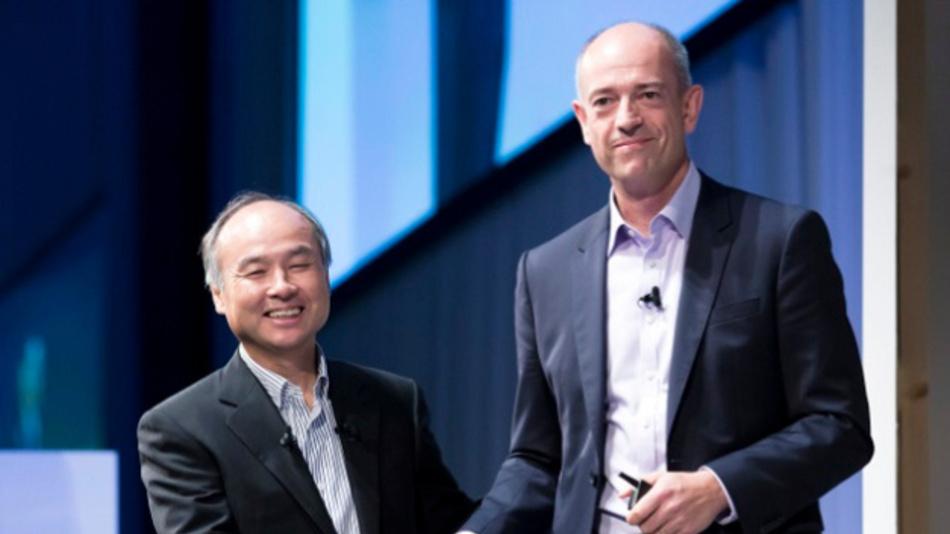 Arm-CEO Simon Segars (rechts) mit Softbank-Chef Masayoshi Son.