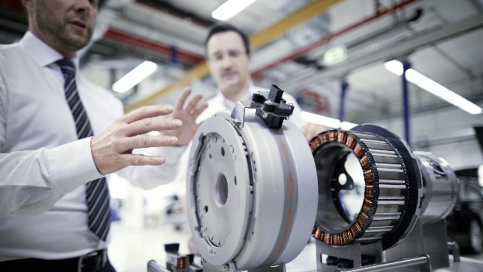Modell der E-Maschine des Audi Q7 e-tron quattro mit den Komponenten Gehäuse, Strator und Rotor.