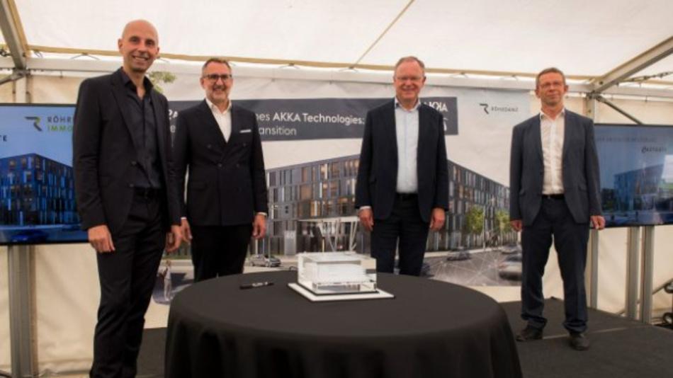 Bauherr Frank Röhrdanz, CEO Derrick Zechmair, Ministerpräsident Stephan Weil und Oberbürgermeister von Wolfsburg Klaus Mohrs (von links) enthüllen symbolisch ein Hologramm des neuen Gebäude.