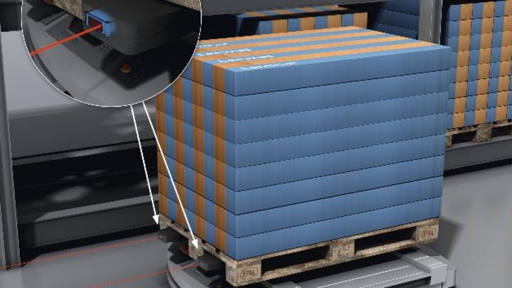 Powerprox-WTT4SL-Lasertaster arbeiten nach dem Time-of-Flight-Prinzip (ToF). Über IO-Link können Arbeitsabstand, Detektionsgeschwindigkeit und Messgenauigkeit auch in engen Montagesituationen – hier in der Spitze von Hubgabelzinken – individuell eing