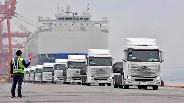 Hyundai Motor meldet die Verschiffung der ersten 10 schweren Wasserstoff-Lkw Xcient Fuel Cell für den Einsatz in der Schweiz