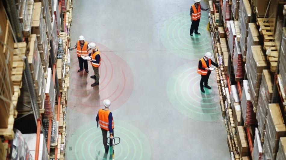Abstand halten ist auch in Produktions- und Lagerumgebungen essentiell für die Arbeitssicherheit und Gesundheit der Mitarbeiter.