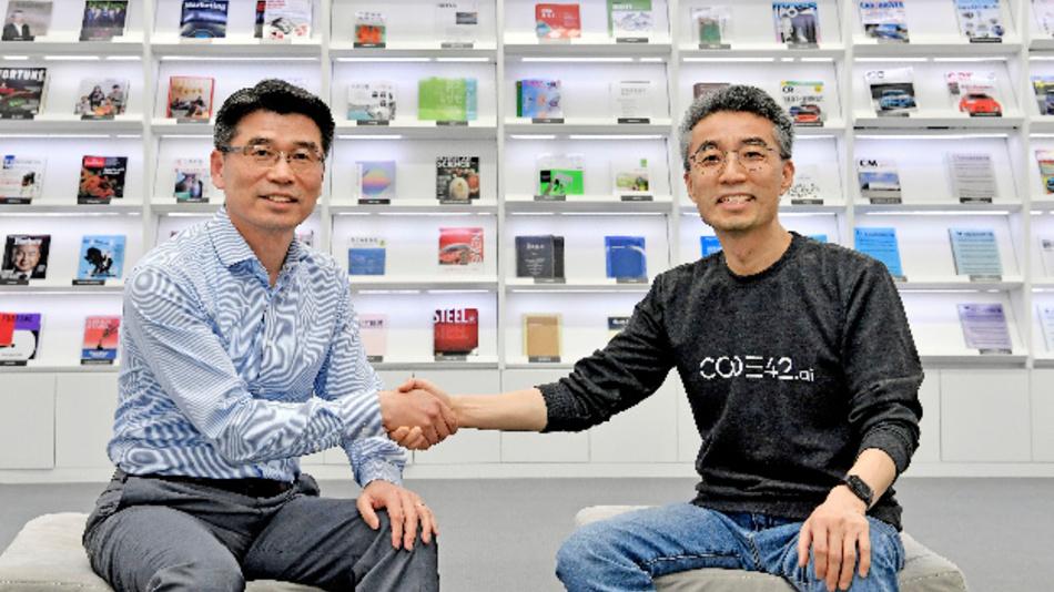 Das Bild zeigt Ho-sung Song, CEO und Präsident der Kia Motors Corporation (links), und Chang Song, CEO von CODE42.ai.