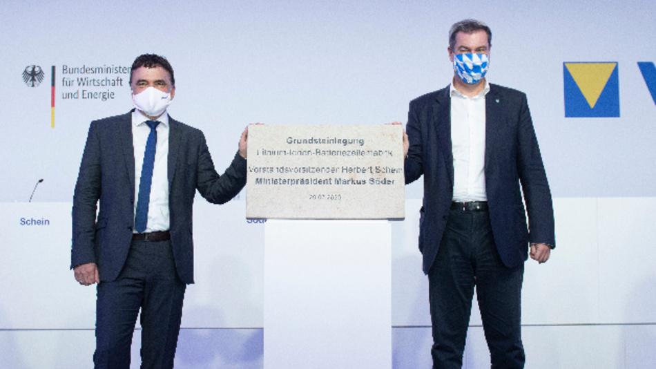 Herbert Schein, CEO von Varta (links) legt den Grundstein für die Erweiterung der Lithium-Ionen-Produktion in Nördlingen im Beisein von Ministerpräsident Markus Söder (rechts).