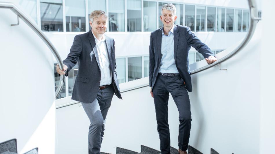 Frank Strecker (links) und Michael Otto (rechts) unterzeichneten am 30. Juli in Augsburg eine Vereinbarung von Kuka und T-Systems.