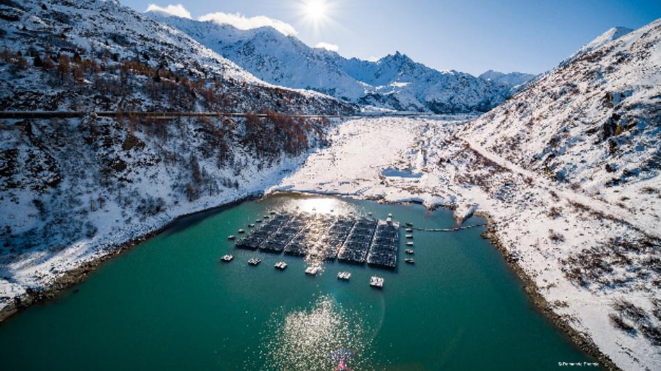 Photovoltaik-Pilotprojekt auf einem Schweizer Bergsee auf 1810 Meter über dem Meeresspiegel.