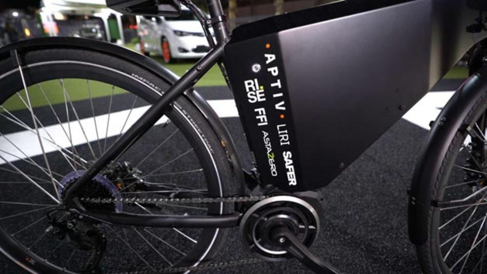 Im Rahmen des Forschungsprojekts SEBRA-wurden die Radartechnologie, die Aptiv für Fahrzeuge entwickelt, genutzt, um eine  Methode zur Verbesserung der Sicherheit von Radfahrern zu schaffen. Als Ergebnis stellten die Projektpartner zwei E-Bike-Prototypen vor.