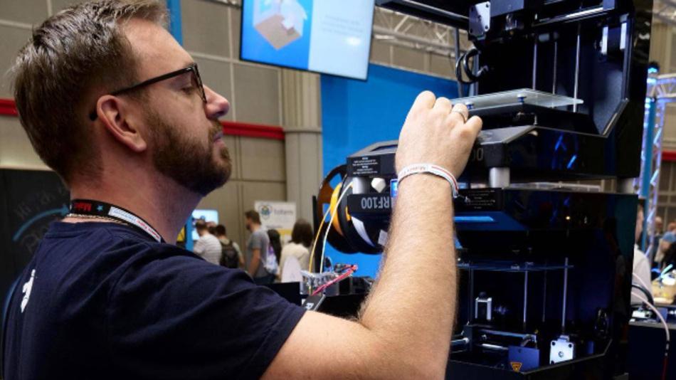 Technik erleben - Auch das Thema 3D-Druck ist Teil der Raumlösungen für Makerspaces, die Conrad und Hohenloher entwickelt haben.