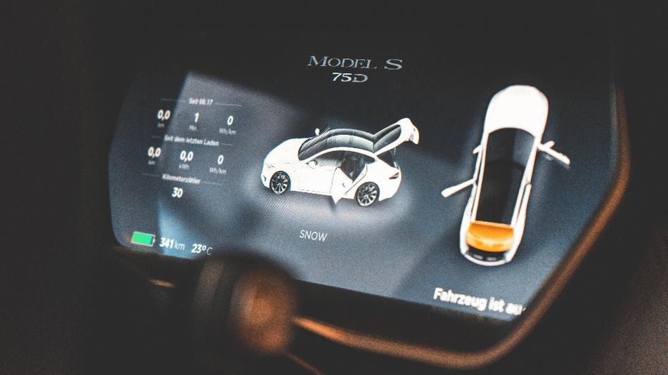 Wenn die Bedienung eines Touchscreens während der Fahrt nicht erlaubt ist: Was bedeuted das für die Innenraumgestaltung und digitale Bedienkonzepte im Auto?