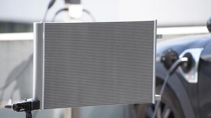 Der neue Kondensator von Mahle sorgt für eine optimale Kühlung von E-Fahrzeugen beim Schnellladen und stellt gleichzeitig die nötige Leistung zur Temperierung des Innenraums bereit.