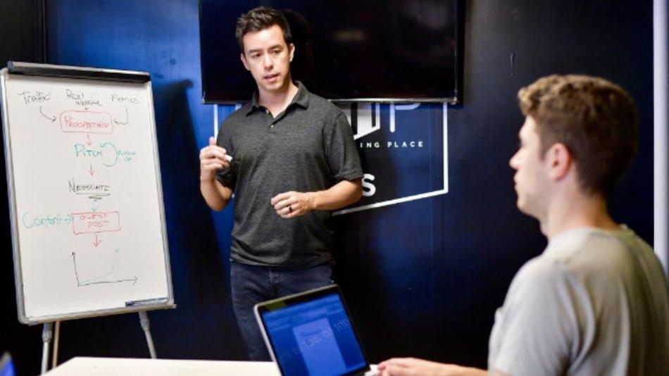 Der DevOps-Ansatz versucht, Teams an Software-Entwicklern und Software-Betriebstechnikern zusammenzubringen.