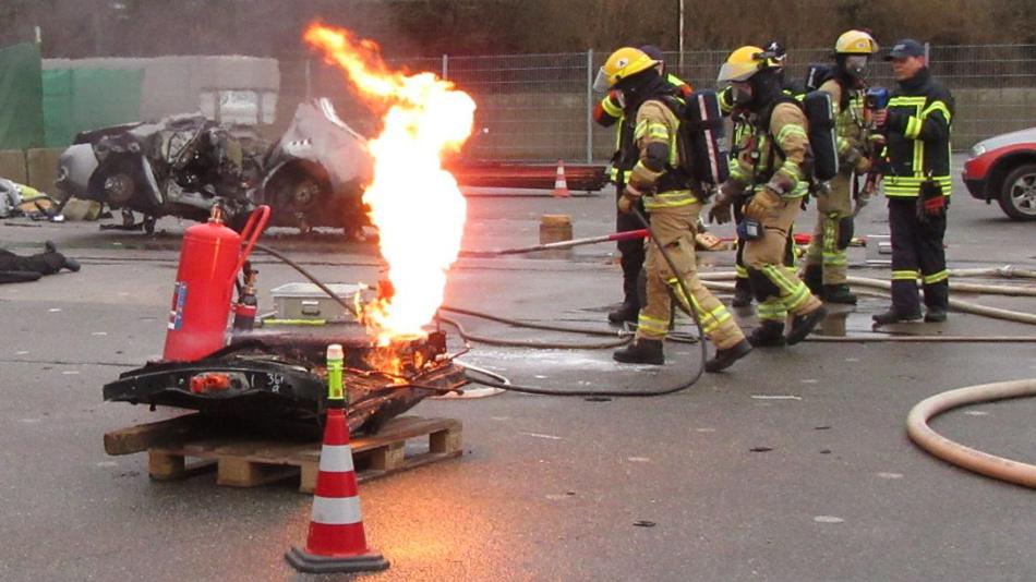 Verzwickt: Da die die Batterie besonders gut geschützt ist, kommt die Feuerwehr im Brandfall nur schwer an sie ran.