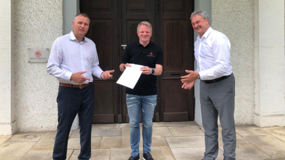 Freuen sich auf die Zusammenarbeit (v.l.n.r.): Diethard Fent (Congatec), Christopher Wuttke (SE) und Roland Judith (Congatec).