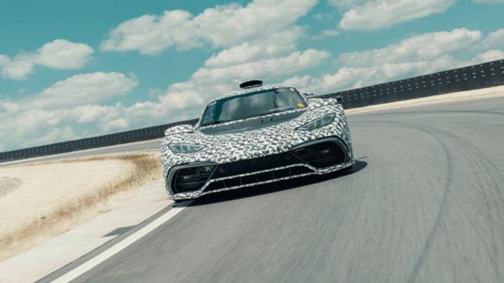 Mehrere Entwicklungsträger des Hypercars Mercedes-AMG Project ONE mit finaler Antriebseinheit befinden sich im dynamischen Testbetrieb.