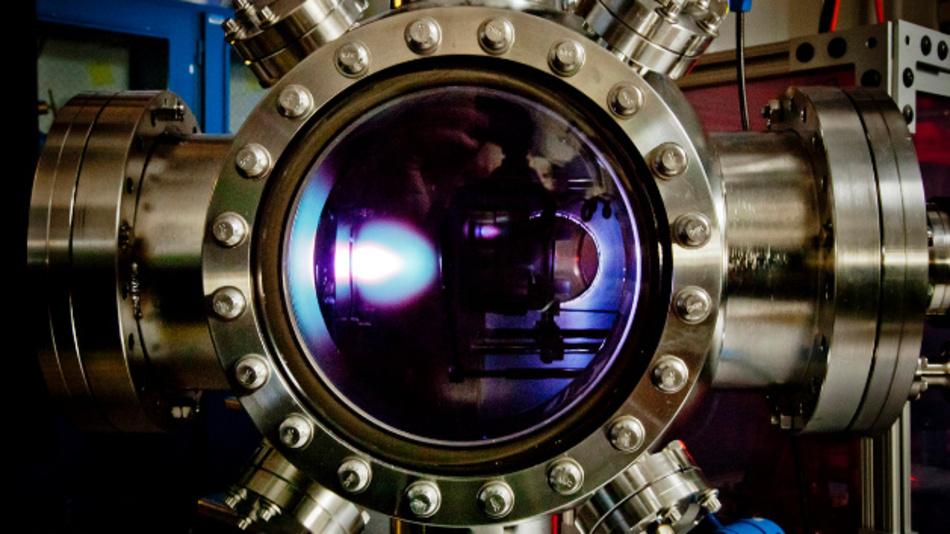 Um das neue Material herzustellen, wird die dünne Schicht zunächst in dieser Kammer mit einem gepulsten Laser abgeschieden. Die helle Wolke, die zu sehen ist, ist der Laser, der auf das Ziel trifft und das Material abscheidet.