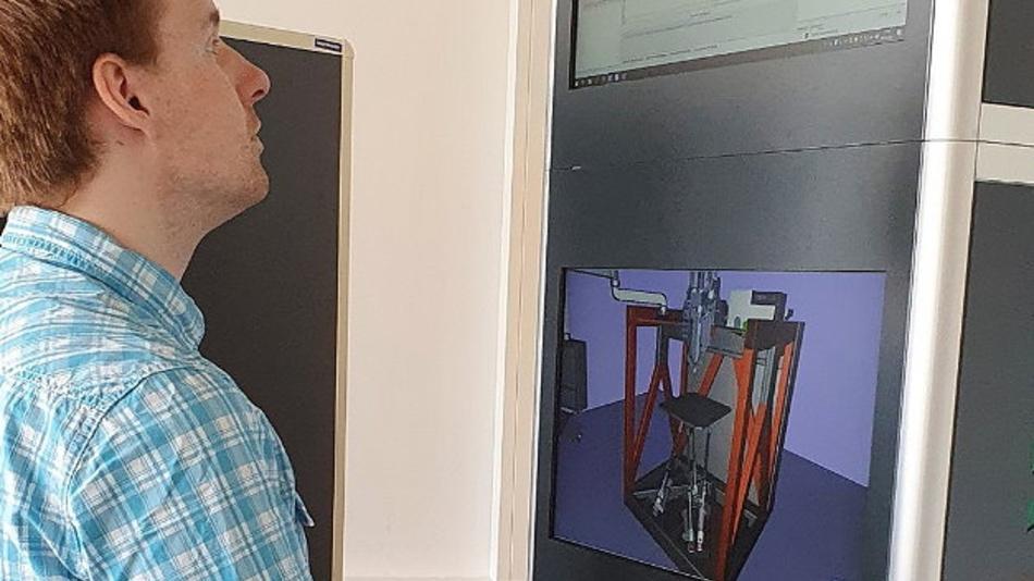 Wissenschaftler bei der virtuellen Inbetriebnahme einer Produktionsanlage am Simulationsturm.