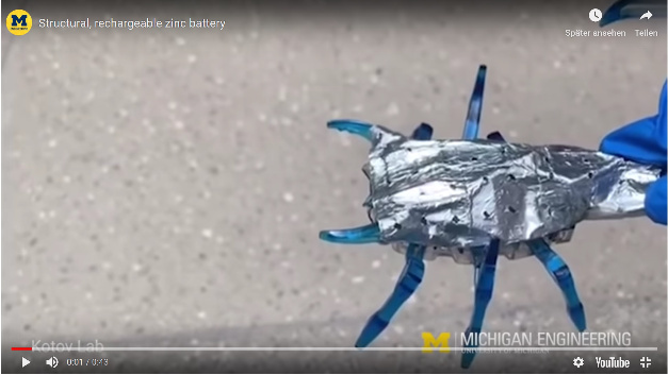 Die Außenhaut dieses Spielzeug-Roboters bildet die biomorphe Zink-Luft-Batterie, mit der dieser Skorpion mit Energie versorgt wird.