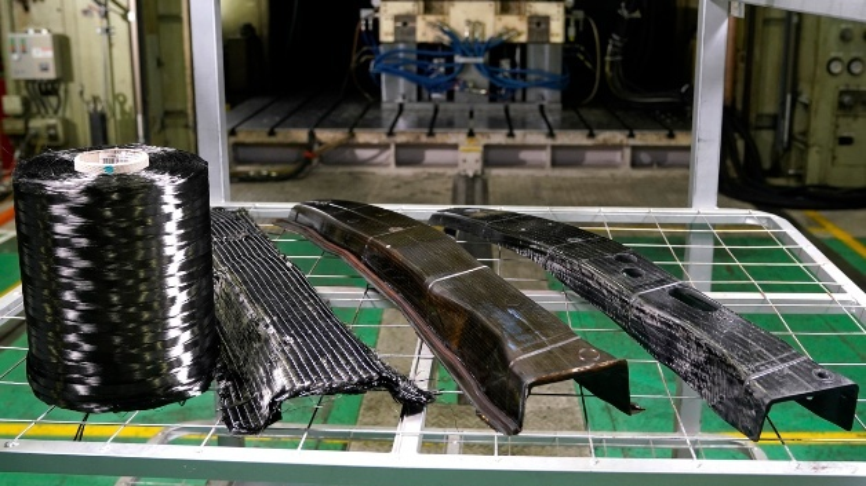 Nissan hat ein neues Fertigungsverfahren entwickelt, mit sich Fahrzeugteile  aus Carbonfaser schneller ubd kosteneffizienter herstellen lassen.