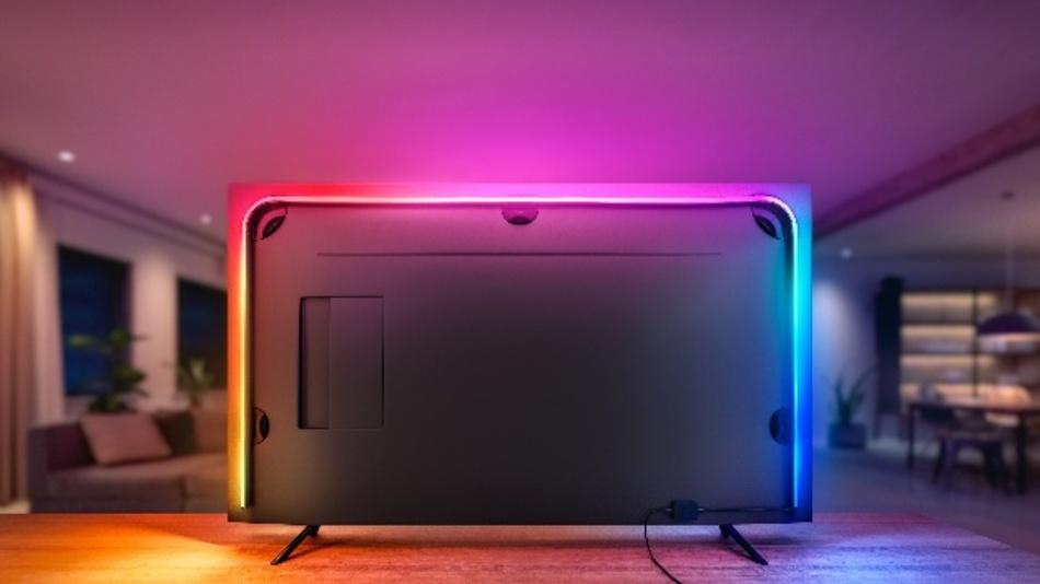Der Philips Hue Play Gradient Lightstrip kann das Wohnzimmer in eine Lichtshow tauchen.