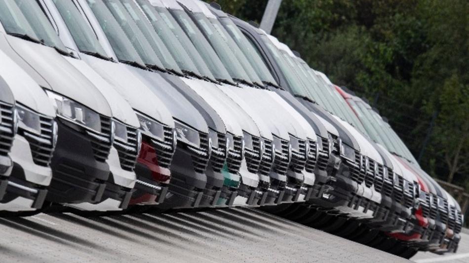 Transporter vom Typ T6 stehen bei VW auf Halde.