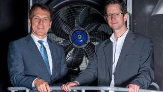 Die Vorstände Peter Fenkl (Ziehl-Abegg) und Dr. Michael Gordon (Motorwerk) besichtigen in luftiger Höhe im denkmalgeschützten Gebäude die Ventilatoren.