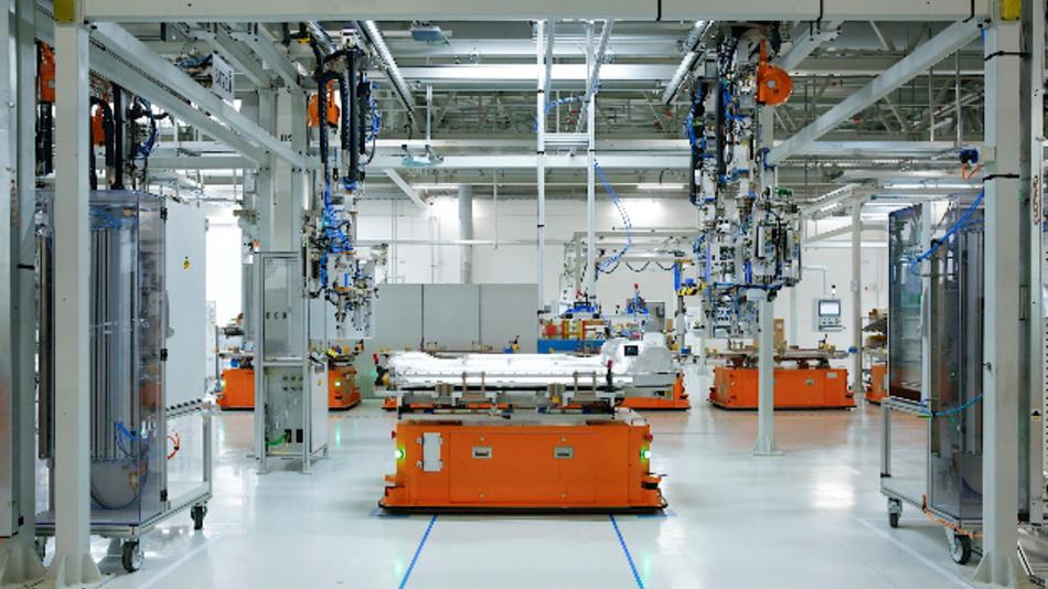 Fahrerlose Transportsysteme transportieren die Hochspannungsbatterien im BBA-Batteriezentrum, China.