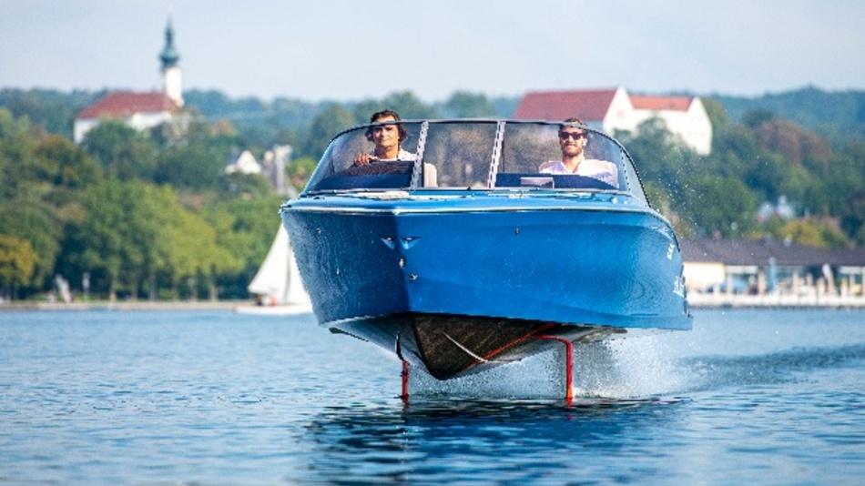 "Das Elektroboot Candela Seven ""fliegt"" über den Starnberger See."