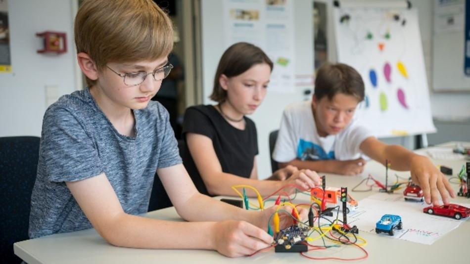 Schüler:innen experimentieren im Schülerlabor Informatik der Universität des Saarlandes.