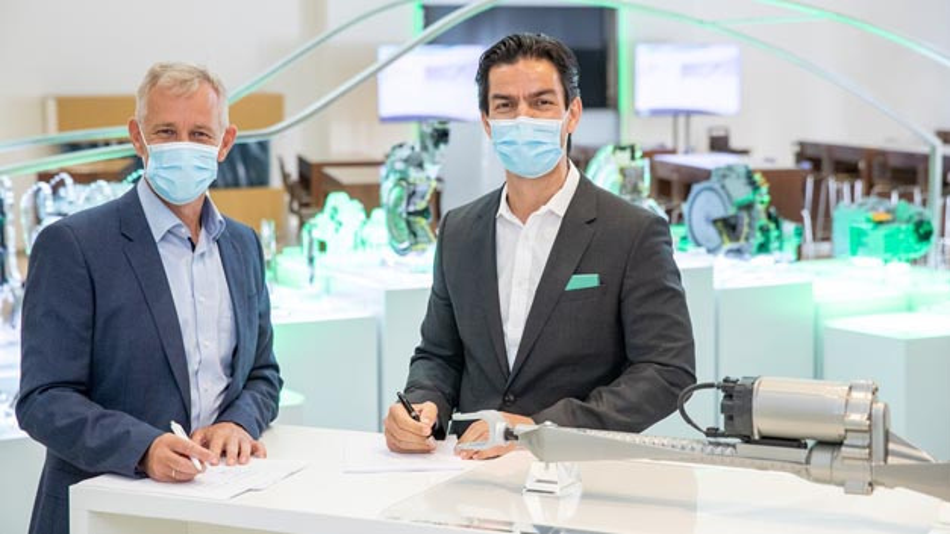 Dr. Keiwan Kashi, Leiter Geschäftsbereich Mechatronische Systeme bei Schaeffler und Dr. Stefan Waschul, Leiter Produktbereich Pkw-Lenksysteme von Robert Bosch Automotive Steering besiegeln das gemeinsame Engagement rund um die Hinterachslenkung mit der Unterzeichnung des Kooperationsvertrages.