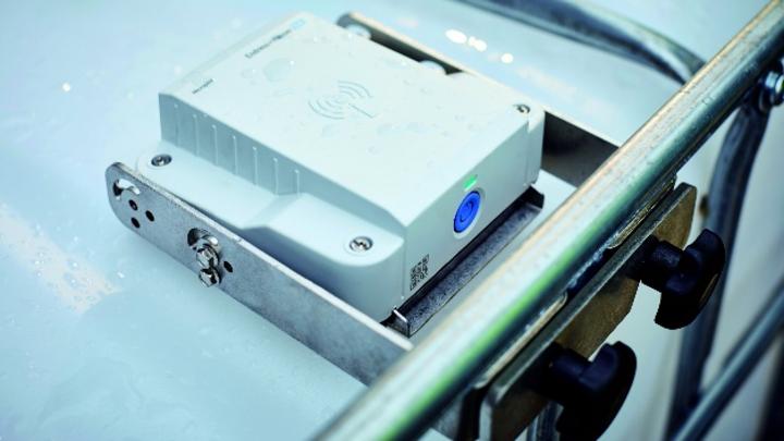 Innerhalb von drei Minuten lässt sich der Micropilot FWR30 auf IBCs installieren und mit dem Netilion-Cloudservice von Endress+Hauser verbinden.