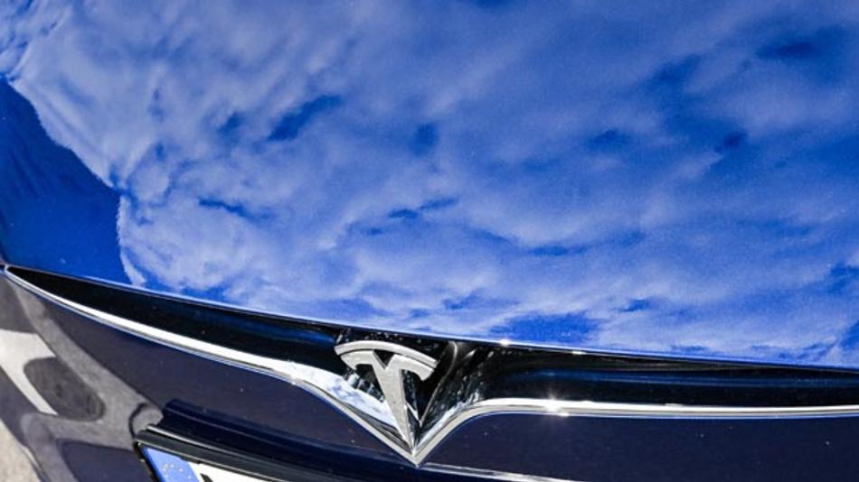 Tesla will einen Stromer zum Schnäppchenpreis auf den Markt bringen, das zudem automatisiert unterwegs ist.