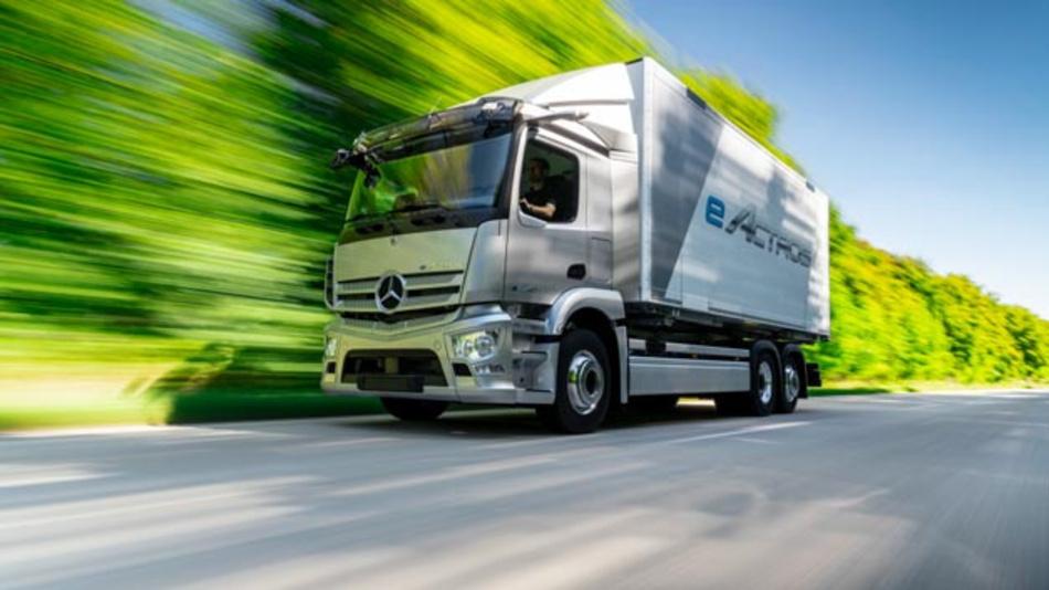 Seit 2018 ist der schwere, batterieelektrische eActros im Kundeneinsatz. Die daraus resultierenden Erkenntnisse fließen direkt in die Serienentwicklung des E-Lkw für den urbanen Verteilerverkehr. Geplanter Start der Serienproduktion ist ab 2021 im Mercedes-Benz Werk Wörth.