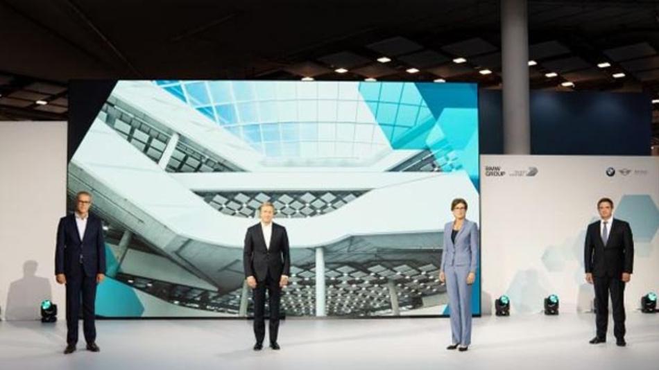 Eröffnung des FIZ-Projekthauses Nord in München: Frank Weber, Mitglied des BMW-Vorstands Entwicklung; Oliver Zipse, Vorsitzender des BMW-Vorstands; Ilka Horstmeier, Mitglied des BMW-Vorstands Personal- und Sozialwesen, Arbeitsdirektorin sowie Manfred Schoch, Vorsitzender des Gesamtbetriebsrats von BMW (vlnr.).