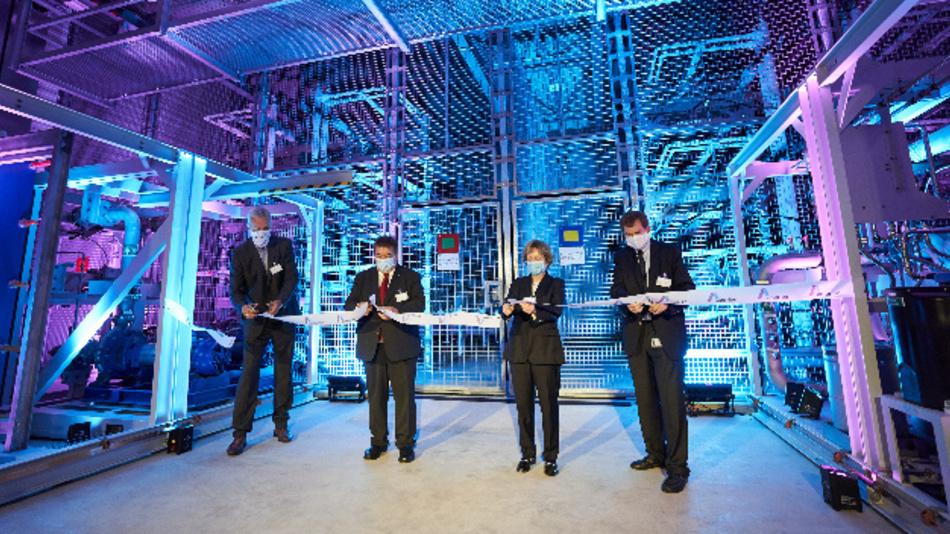 Die neue STATCOM-Anlage (Static Synchronous Compensator) steht auf dem Gelände der Umspannanlage Kusenhorst in Haltern am See und kann Spannungsschwankungen ausgleichen, die im Zuge der Energiewende verstärkt an den Netzknoten entstehen. Insgesamt hat Amprion 37 Mio. Euro in die Erweiterung der Umspannanlage Kusenhorst investiert.   Gebaut hat die neue Blindleistungs-Kompensationsanlage Siemens Energy. Ludger Meier, Leiter Betrieb und Projektierung von Amprion, erläuterte vor Ort die Bedeutung der neuen Anlage im Rahmen der Energiewende: »Der steigende Anteil an regenerativen volatilen Erzeugungsanlagen und die zunehmende Transportentfernung von der Erzeugung zu den Verbrauchszentren bedeuten, dass Stromnetze für die Zukunft neu ausgerichtet werden müssen. Schlüsselelement ist dabei unter anderem die schnelle Regelbarkeit der Netzspannung«, so Ludger Meier. »Mit der neuen STATCOM-Anlage für die Umspannanlage Kusenhorst investieren wir in die Systemsicherheit und kommen hiermit unserer Verantwortung für einen sicheren Netzbetrieb nach.«   Bei der Anlage handelt es sich um den Typ »SVC PLUS«, einem weiter entwickelten STATCOM von Siemens Energy. »SVC« steht für Static Var Compensator, also statischer Blindleistungskompensator. »Bei Siemens blicken wir mittlerweile auf zwölf Jahre Erfahrung mit der »SVC PLUS«-Technologie zurück«, sagt Beatrix Natter, Executive Vice President Transmission von Siemens Energy. »Wir freuen uns besonders, dass jetzt in Kusenhort die Hundertste STATCOM-Anlage steht, die wir gefertigt haben.«  Amprion betreibt die Anlage in Haltern am See seit 1962. Sie verbindet das 380-kV-Übertragungsnetz mit dem örtlichen 110-kV-Netz, das die Energie regional weiterverteilt. Zuletzt wurde die Umspannanlage Kusenhorst 2016 modernisiert. Mit der neuen STATCOM-Anlage hat Amprion sie für ihre zukünftigen Aufgaben aufgerüstet.   So arbeitet die Blindleistungs-Kompensationsanlage Für die Energieübertragung mit Wechselstrom ist Blindleistung erforderlich. Sie stü