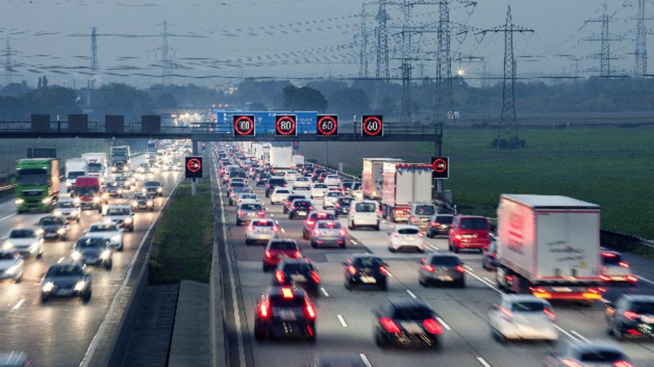 Streckenbeeinflussungsanlagen erhöhen die Verkehrssicherheit auf Autobahnen, hier im morgendlichen Berufsverkehr am Nordwestkreuz Frankfurt.