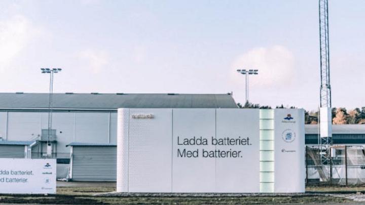 Northvolt hat Schweden in Kooperation mit dem lokalen Energieversorger Mälarenergi sein erstes Energiespeichersystem an einer öffentliches Ladestation für Elektrofahrzeuge in Betrieb genommen.
