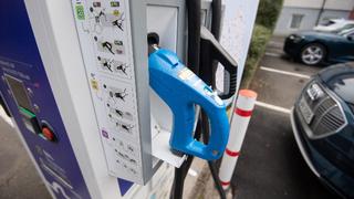 Eine Ladesäule für Elektroautos steht auf einem Parkplatz in Bad Urach.