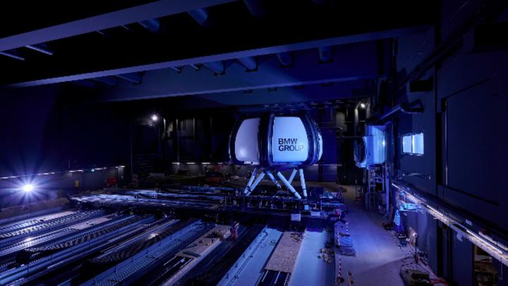 Der High-Fidelity Simulator: 83 Tonnen bewegte Masse auf 400 m² Bewegungsfläche. In der Kuppel befindet sich das Testfahrzeug samt Proband und 360 Grad Projektionssystem.
