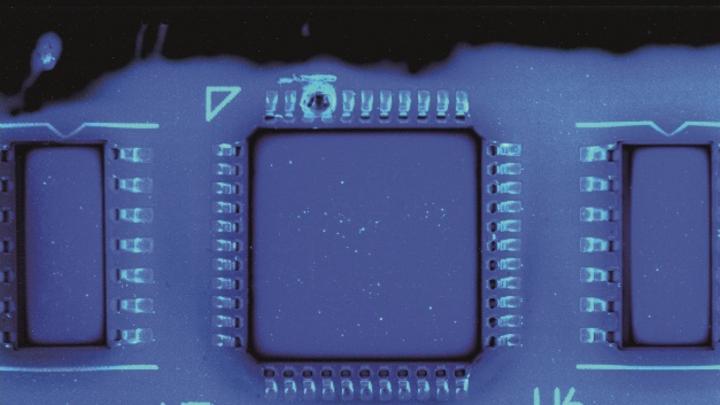 Blasen im Pinbereich und fehlende Lackschichten spürt das Inspektionssystem S3088 CCI von Viscom zuverlässig auf.