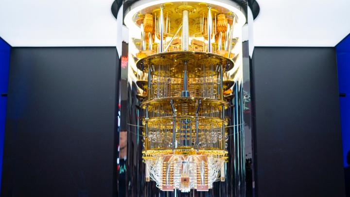 Das »IBM Q System One« werden die Wissenschaftler der Fraunhofer-Allianz Big Data und Künstliche Intelligenz sowie des Fraunhofer-Forschungszentrums Maschinelles Lernen für die angewandte Forschung im Bereich der Quanten KI nutzen.