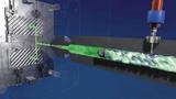 Leichtere, dimensionsstabilere Bauteile: Bei physikalischen Schäumverfahren wie MuCell werden durch das Einbringen von Treibmittel in die Kunststoffschmelze mikrozellulare Strukturen gebildet.