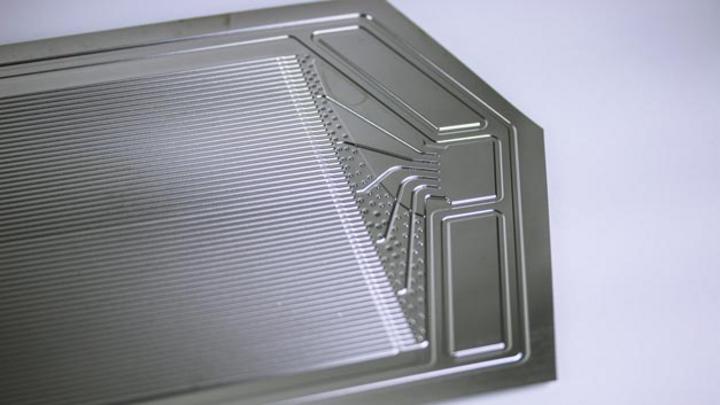 Am Fraunhofer IWU hergestellte, technologieoptimierte Bipolarplatte aus Edelstahl für PEM-Brennstoffzellen